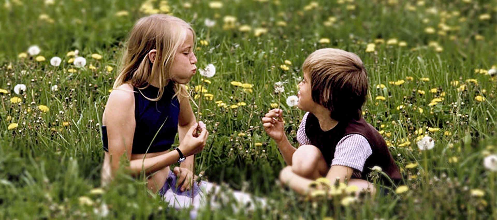 Foto von zwei Kindern auf einer Wiese für Spenden für Fidura Fonds